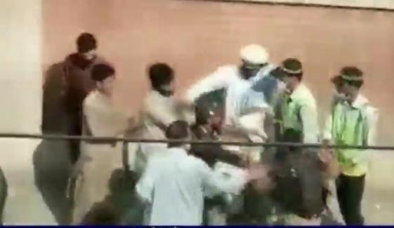 سوات: ٹریفک حادثے کے بعد پولیس کا شہری پر تشدد