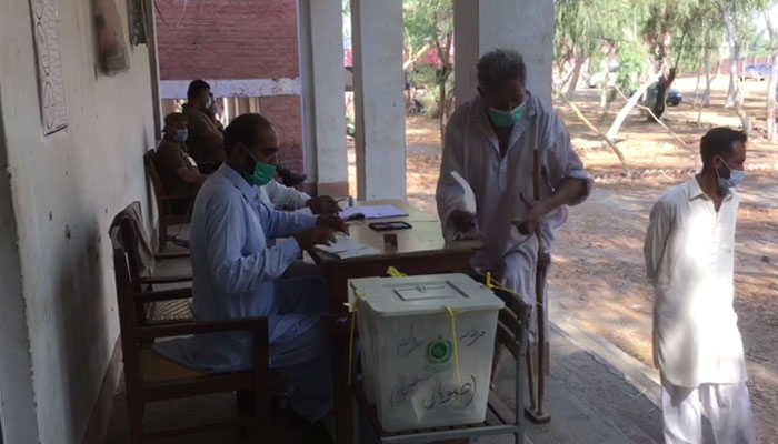 خوشاب: ٹانگ سے معذور شخص نے ووٹ ڈالا