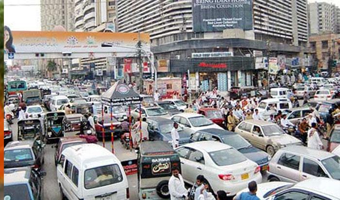 کراچی: شہرکے مختلف سڑکوں پر ٹریفک کا دباؤ