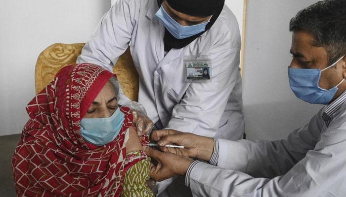 لاہورکے ویکسین سینٹرز میں ایسٹرازنیکا ویکسین لگائی جارہی ہے،محکمہ صحت