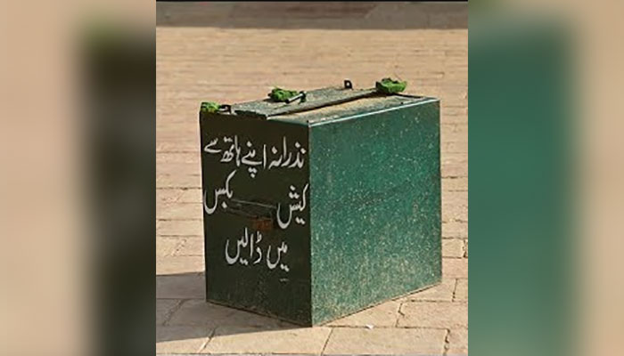 لاہور: فٹ پاتھ پر نصب چندہ باکس ہٹانے کی کارروائی شروع