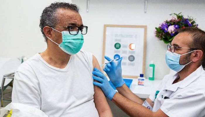 عالمی ادارہ صحت کے سربراہ نے بھی کورونا ویکسین لگوالی