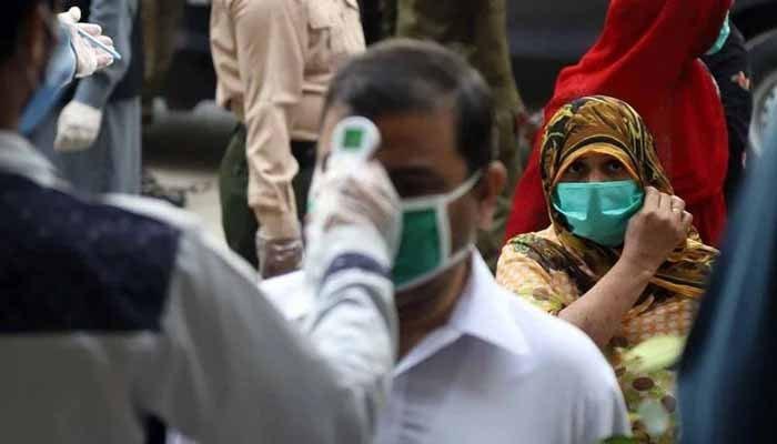 پاکستان: کورونا کیسز نقطہ عروج سے 61 فیصد نیچے آگئے