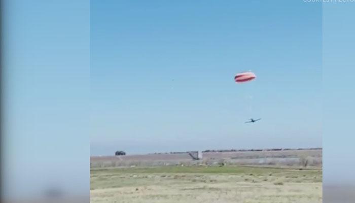 طیارے کی پیراشوٹ کے ذریعےہنگامی لینڈنگ، ویڈیووائرل