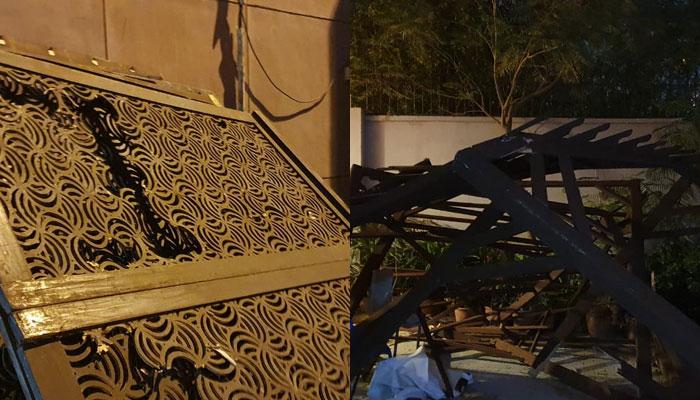 منگل کا طوفان آرٹس کونسل کے لکڑی سے بنے گل رنگ کو اپنے ساتھ لے گیا