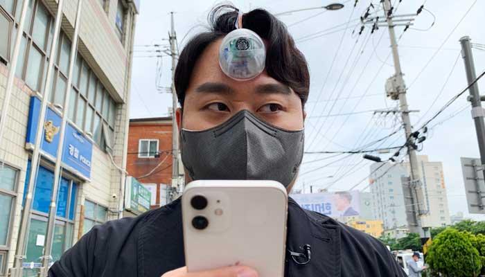 سڑک یا خطرناک جگہوں پر اسمارٹ فون استعمال کرنے والوں کے لیے آلہ ایجاد