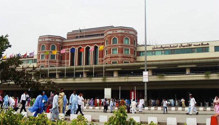 سعودی عرب سے نکالے گئے 60 پاکستانی لاہورائیرپورٹ پر   کورونا ٹیسٹ کرائے بغیرفرار