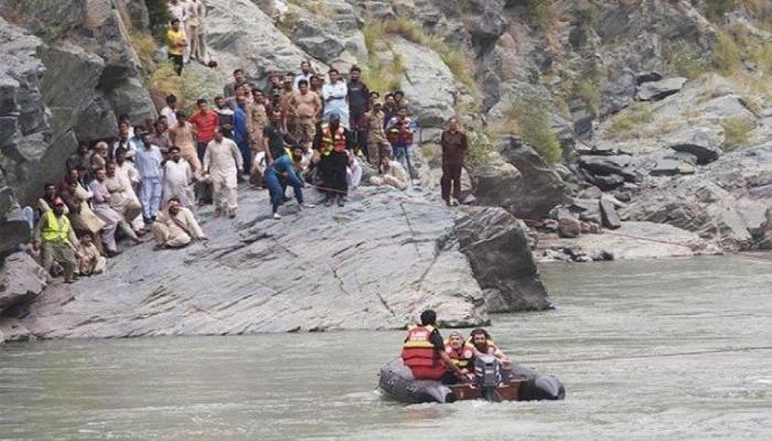 مانسہرہ:گاڑی دریا میں جاگری، ایک خاندان کے 7 افراد جاں بحق