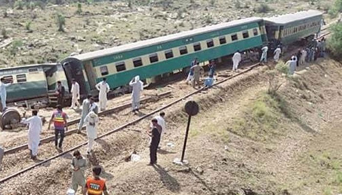 ڈہرکی کے قریب ٹرین حادثہ، 10افراد جاں بحق