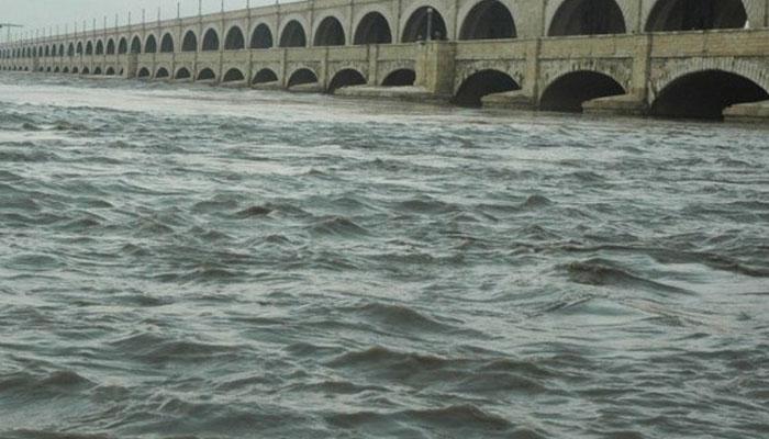 مسافر کوچ دریائے سندھ میں جاگری