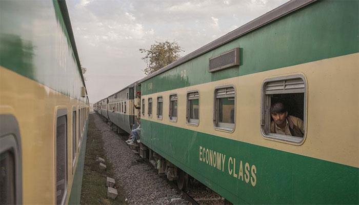 سکھر:ٹرینوں کو مختلف اسٹیشنوں پر روک لیا گیا