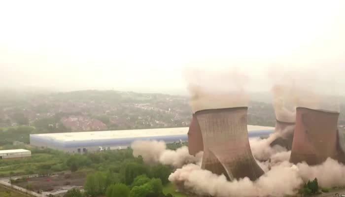برطانوی پاور اسٹیشن کےکولنگ ٹاورزدھماکے سے گرادیئے گئے