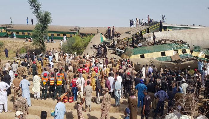 ٹرین حادثہ: متعدد جاں بحق افراد کی تدفین، مزید لاشوں کی شناخت