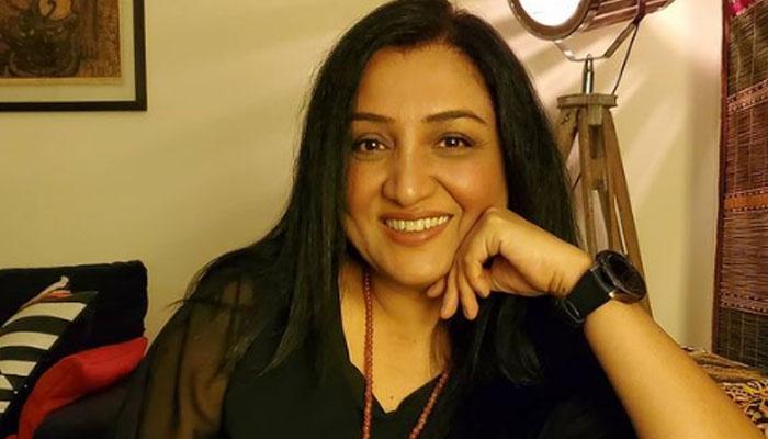 لوگوں کی زندگی پر تبصرے کرنے گریز کریں: نادیہ افغان