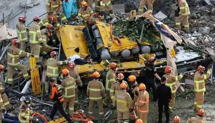 جنوبی کوریا : 5 منزلہ عمارت مسافر بس پر آگری، 9 مسافر ہلاک