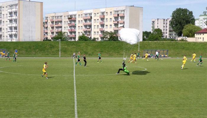 پولینڈ فٹبال میچ کے دوران اسکائی ڈائیورز کی لینڈنگ