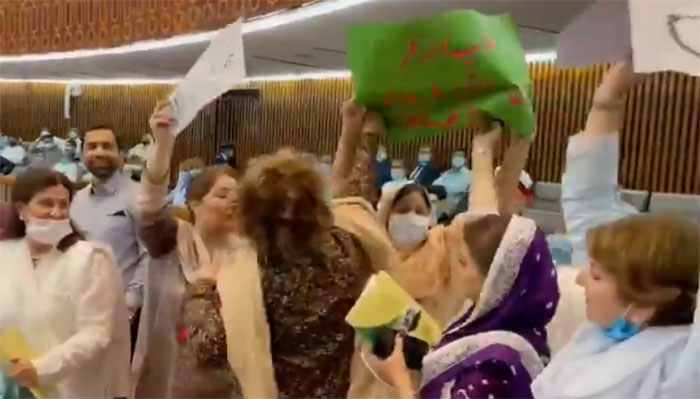 PML-N and PTI women face each other during the budget speech