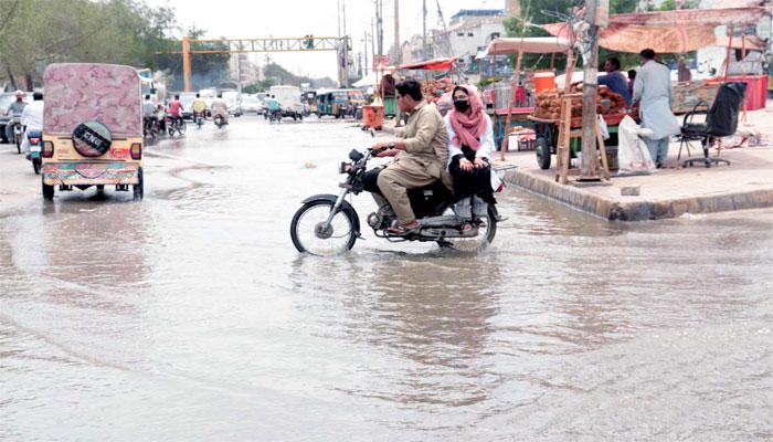 جامعہ کراچی: پھٹی لائن مرمت نہ ہوئی، 30 لاکھ گیلن پانی ضائع
