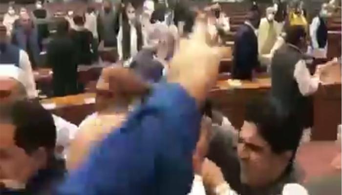 قومی اسمبلی، ارکان میں ہاتھا پائی کا خدشہ بڑھ گیا، اضافی نفری طلب