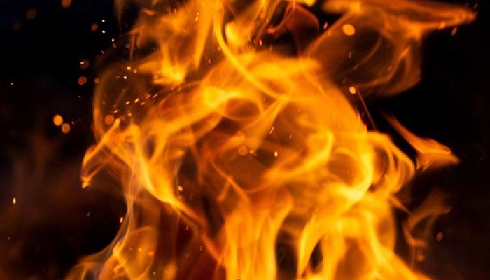 کراچی: زیب النساء اسٹریٹ پر ہوٹل میں آگ لگ گئی