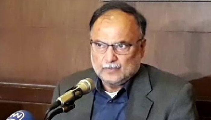 فواد نے الیکشن کمیشن کو دھمکانے کی کوشش کی، احسن اقبال