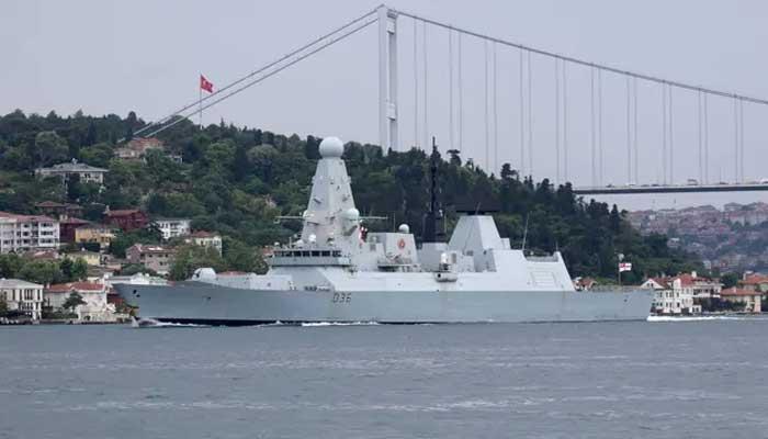 بحری حدود میں داخل ہونے والے برطانوی جنگی جہاز پر انتباہی حملہ کیا، روس