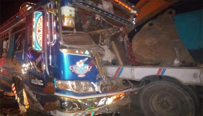 حب: کوچ اور ٹرک میں تصادم، 2 خواتین جاں بحق