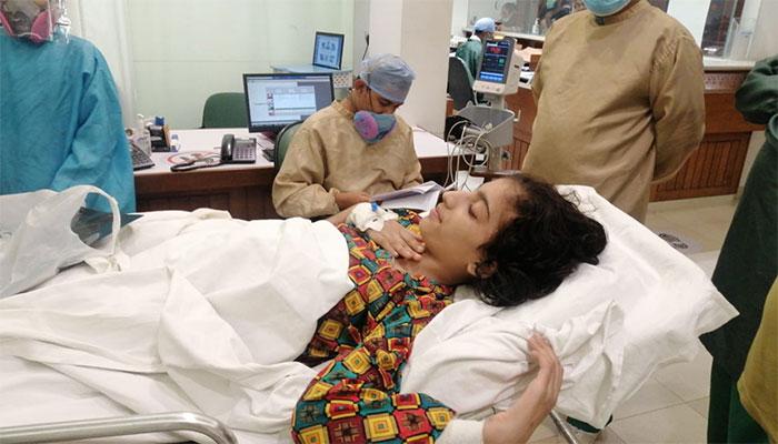 ٹرین حادثے میں والدین کو کھودینے والی 12 سالہ کائنات کا علاج سندھ حکومت کروائے گی