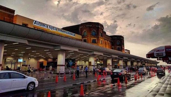 قومی اسکواڈ میں شامل کھلاڑی اور دیگر ارکان ابوظبی سے لاہور پہنچ گئے
