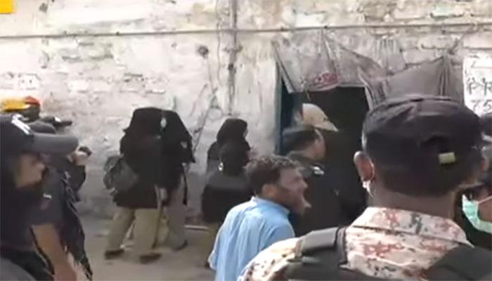 کراچی: تجاوزات کے خلاف آپریشن پر علاقہ مکینوں کا عملے پر حملہ