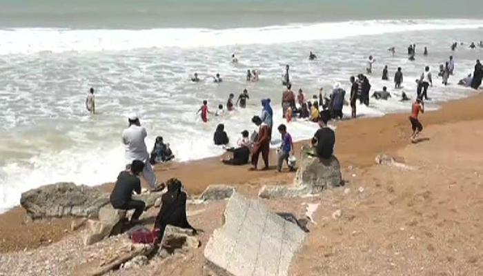 کراچی: ہاکس بے پر شہریوں سے پیسے لینے والے نوجوانوں نے معافی مانگ لی