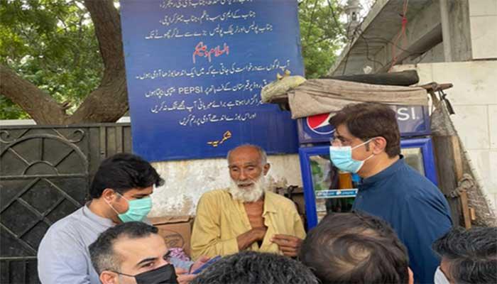 وزیراعلیٰ سندھ کا اچانک دورہ، نابینا بزرگ کی دکان پر رک کر شکایت کا ازالہ کیا