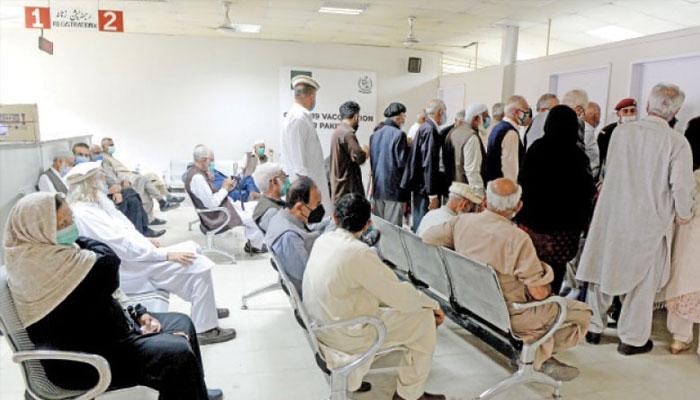 اسلام آباد: ماس ویکسی نیشن سینٹر میں عوام دروازہ توڑ کر اندر داخل