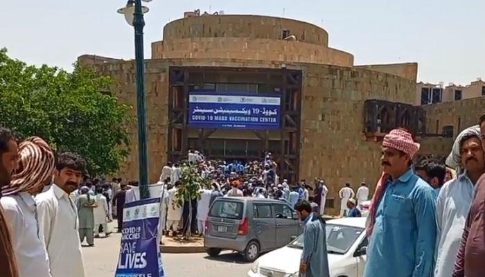 اسلام آباد: بدنظمی کے بعد ویکسی نیشن کا عمل پھر شروع