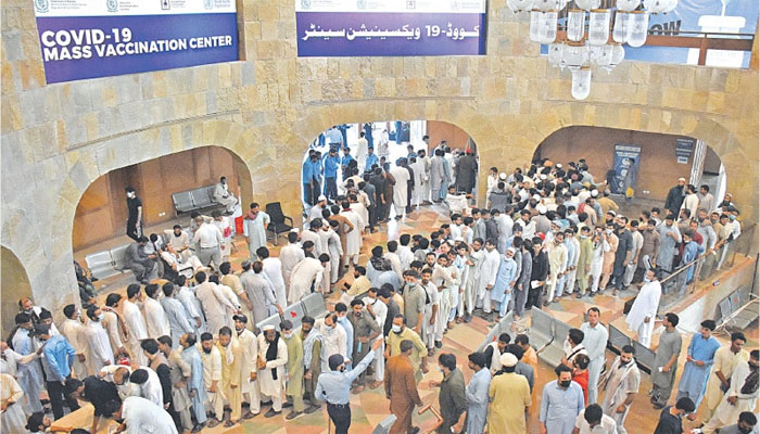 اسلام آباد ماس ویکسینیشن سینٹر، بڑی تعداد میں لوگوں کی آمد