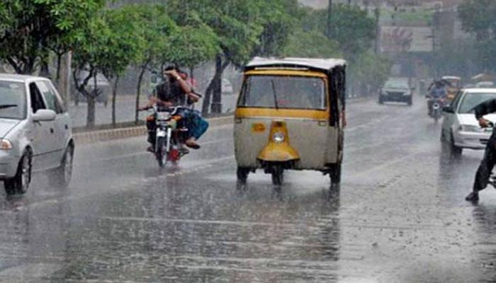 لاہور، بارش کے باعث متعدد علاقوں میں بجلی کے فیڈر بند ہوگئے