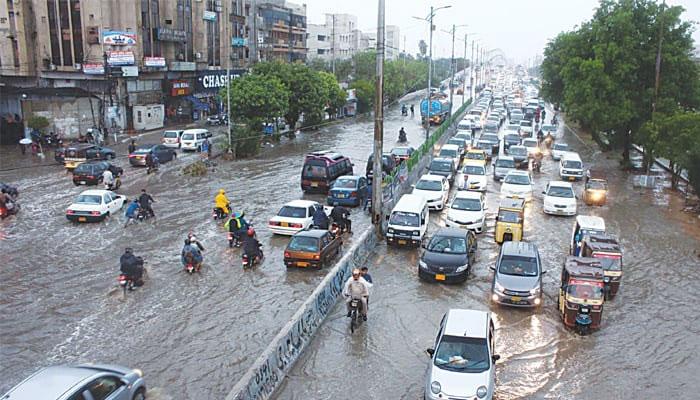 کراچی: سڑکوں پر بارش کا پانی موجود، ٹریفک کی روانی متاثر