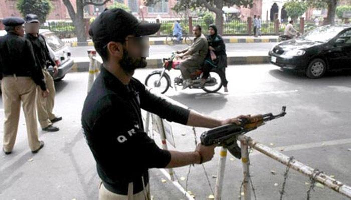 نیشنل ہائی وے پر پولیس وردی پہنے 2 اہلکاروں نے صحافی کو لوٹ لیا