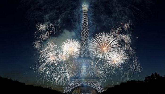 پیرس؛قومی دن پر ایفل ٹاور روشنیوں میں نہا گیا