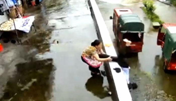 ماں نے بیٹی کی جان بچالی ،ویڈیو وائرل