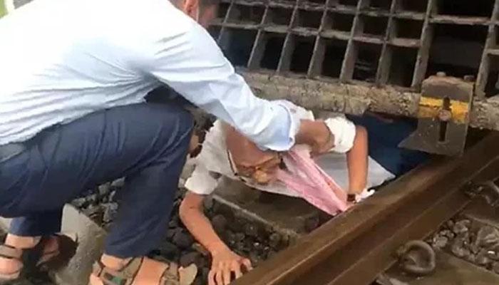 70 سالہ شخص ٹرین کے نیچے آنے کے باوجود معجزانہ طور پر بچ گیا