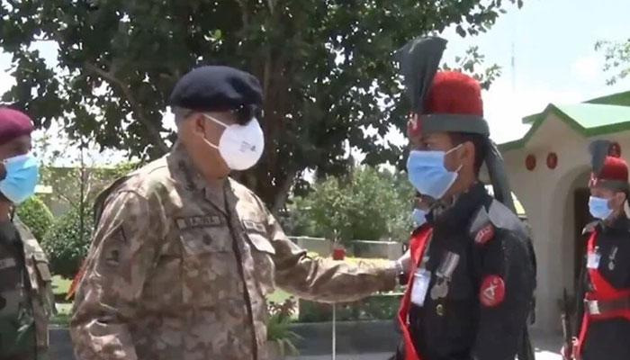 آرمی چیف نے پاک افغان سرحد پر تعینات فوجیوں کیساتھ عید منائی