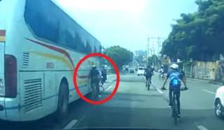 سائیکل سوارخوفناک حادثے سے بال بال بچ گیا