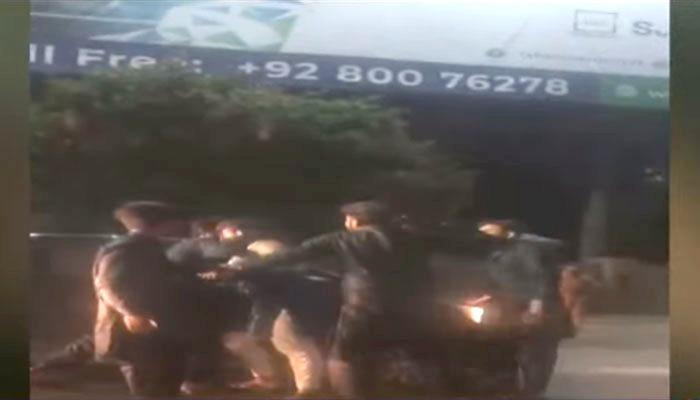 لاہور ایئرپورٹ کے قریب 5 افراد کا ایک شخص پر تشدد