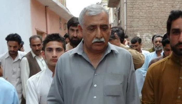 پشاور: پی ٹی آئی MPA نے جیب سے ٹرانسفارمر مرمت کروادیا