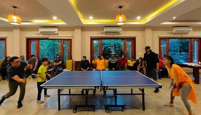 عامر خان کی سابقہ اہلیہ کرن راؤ کیساتھ ٹیبل ٹینس کھیلنے کی تصویر