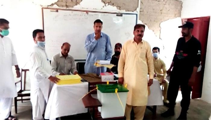 پشاور: پریزائیڈنگ آفیسر اور اسکول پرنسپل میں ہاتھا پائی