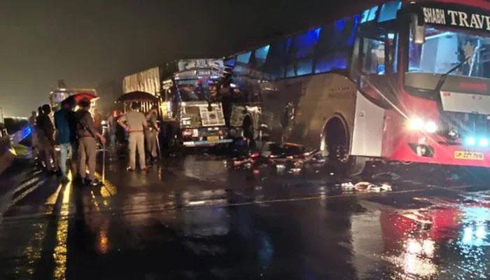 بھارت،  تیز رفتار ٹرک رکی ہوئی مسافر بس سے ٹکرا گیا،18 افراد ہلاک