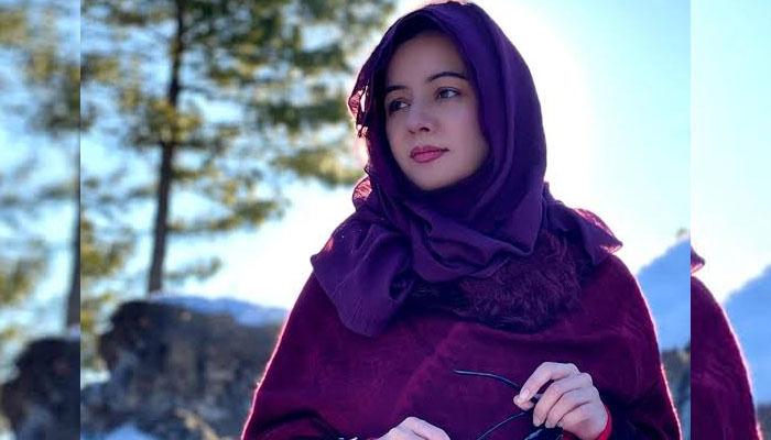 ہمارے معاشرے میں حجاب کو معیوب کیوں سمجھتے ہیں؟ رابی پیرزادہ کا سوال