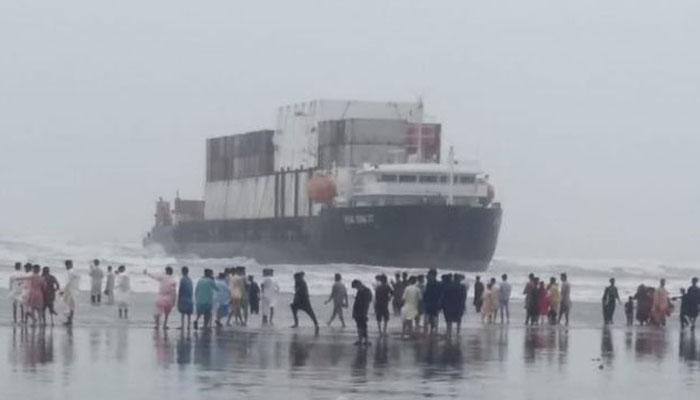 کراچی، سی ویو پر پھنسے جہاز سے ڈیزل نکالنے کا کام شروع ہونے کےبعد معطل